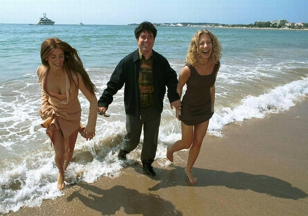 Ο Pedro Almodóvar με την Penélope Cruz και την Cecilia Roth στις Κάννες (1999)