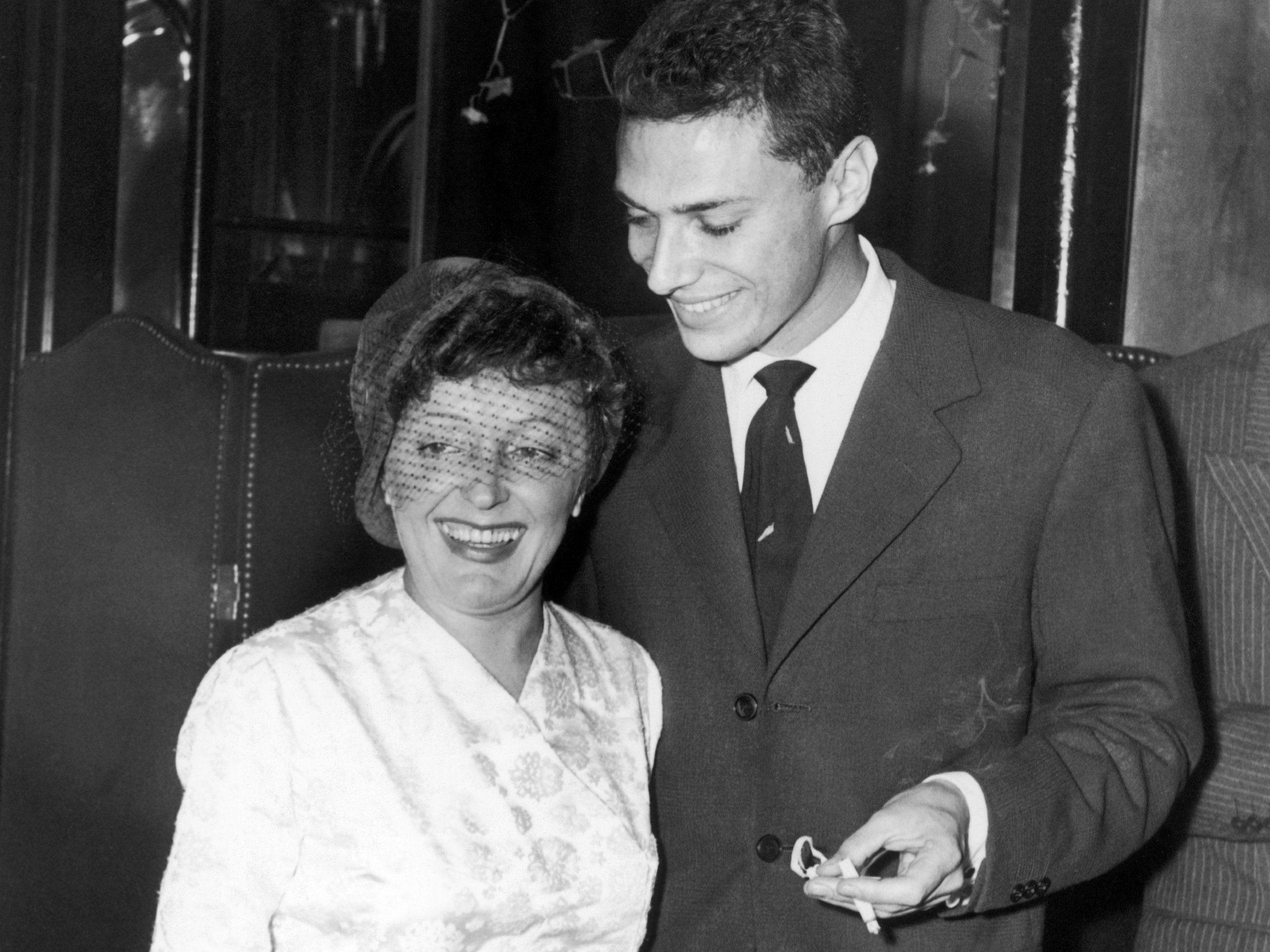 Η Édith Piaf με τον Georges Moustaki στη Νέα Υόρκη το 1958.