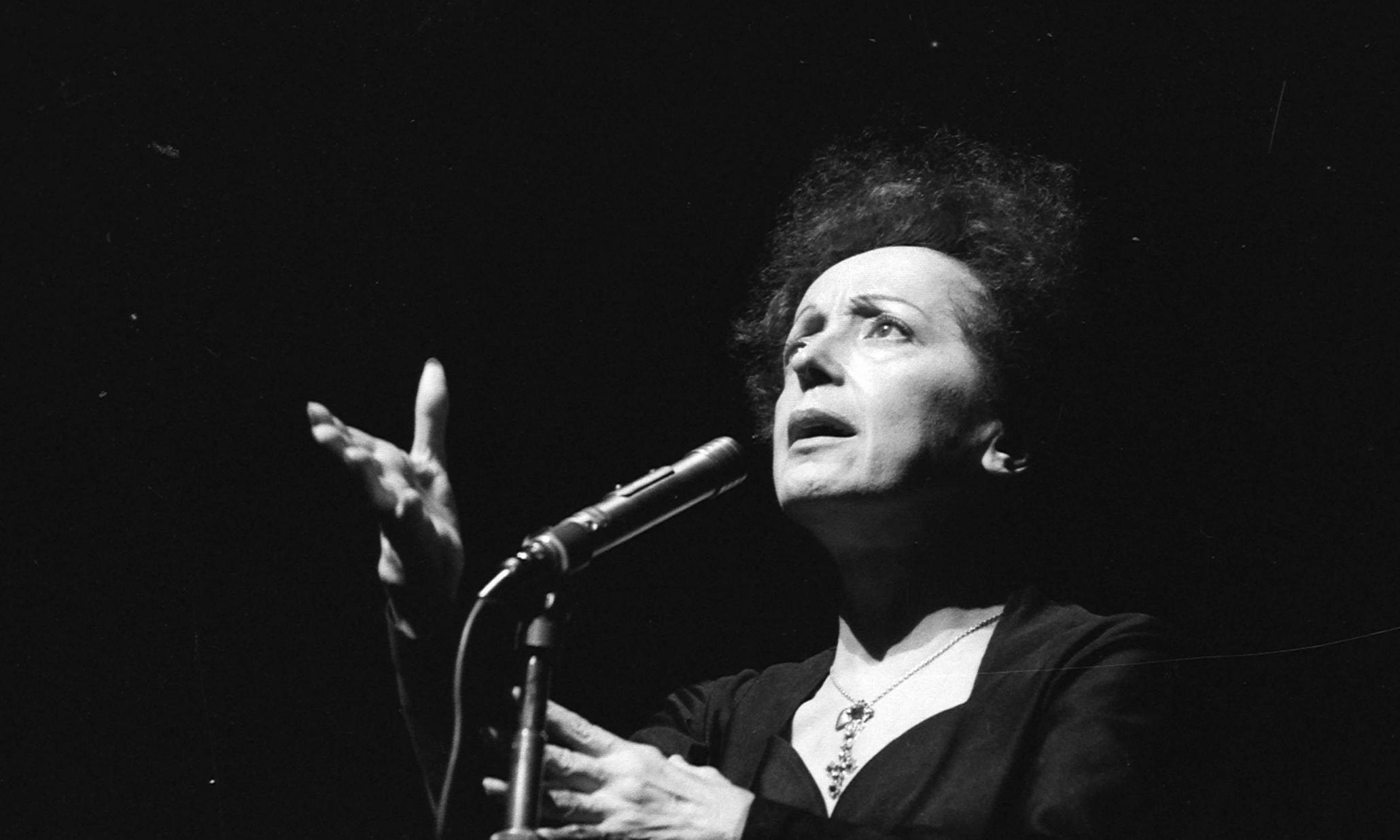 Η Édith Piaf σε εμφάνισή της στο Olympia, τον Ιανουάριο 1961. (Photo by Lipnitzki/Roger Viollet/Getty Images)